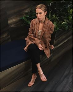 A lesson in dressing from Courtney Trop :: Spotted during : A statement blazer to start the week off right! Fashion Story, I Love Fashion, Daily Fashion, Womens Fashion, Spring Summer Fashion, Winter Fashion, Cooler Look, Zara, Mode Inspiration