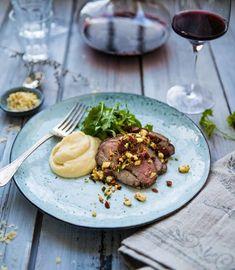Lammstek med vitlök och rosmarin, rotselleripuré och nötcrunch - Landleys Kök