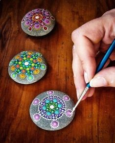 Cool stone painting - wouldn't this be a great way to add color to the yard? - Use larger ones for yard. This size would offer whimsy to a table scape or office desk or in a planter.---PAINTED ROCKS FOR THE FAIRY GARDEN Easy Crafts, Diy And Crafts, Crafts For Kids, Arts And Crafts, Summer Crafts, Creative Crafts, Summer Fun, Easy Diy, Smooth Rock