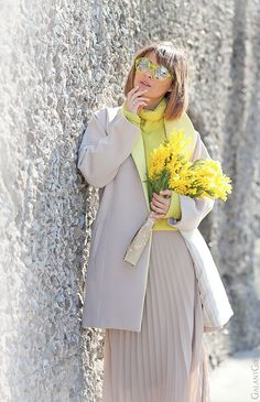 Spring outfit with pleated maxi skirt and neon accents. Pleated Skirt Outfit, Skirt Outfits, Cool Outfits, Spring Summer Fashion, Spring Outfits, Winter Fashion, Girl Fashion, Fashion Looks, Fashion Outfits