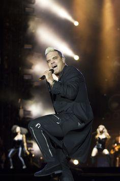 Robbie Williams (Pinkpop 2015), Robbie Williams - Supreme : https://www.youtube.com/watch?v=ULTtWUZhD9c ; Robbie Williams - Bodies: https://www.youtube.com/watch?v=kk-7umYwTig