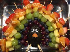 Kindertraktatie: regenboog fruit pauw. Groot succes op school. Gezond en een feest om te zien. Healthy treat