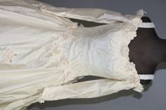 Women's Sz.6 Ivory Tone Vintage Style Wedding Dre - shopgoodwill.com