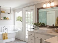 Fixer Upper Bathroom Ideas Beautiful Bathroom Ideas Inspired by Joanna Gaines and Fixer Upper Bathroom Grey, Bathroom Interior, Master Bathroom, Master Bedrooms, 1950s Bathroom, Glass Bathroom, Concrete Bathroom, Narrow Bathroom, White Bathrooms