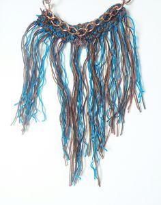 Collar tejido a crochet con cadenas doradas y flecos.  www.florafrancola.blogspot.com