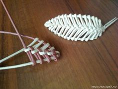 Одноклассники looks like it would be interesting to try this in wire Flax Weaving, Straw Weaving, Willow Weaving, Weaving Art, Weaving Patterns, Recycled Paper Crafts, Straw Crafts, Newspaper Basket, Newspaper Crafts