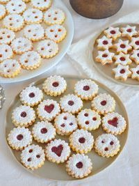 Linzer eyes after grandma& recipe- Linzer Augen nach Omas Rezept These Linz eyes are a fixed part of the Christmas cookie maker. I have the recipe from my Viennese grandma, a great baker! Easy Cookie Recipes, Baking Recipes, Cake Recipes, Dessert Recipes, Christmas Biscuits, Christmas Baking, Christmas Cookies, Christmas Recipes, Peanut Butter Cookie Recipe