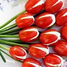 eetbare tulpen Ingrediënten: 1 pakje mini San Marzano tomaten 1 bakje roomkaas 1 bosje lente-ui