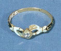 Fingering med klar sten. Har sandsynligvis tilhørt Iver Gregersen Hemmet, præst i Skjern kirke, 1633-71 eller hans kone. (Nationalmuseet)