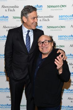 "Pin for Later: George Clooney: ""Amal ist die Schlaue"" George Clooney und Danny DeVito"