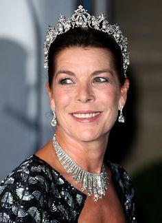 Prinzessin Caroline trägt die mit Perlen und Diamanten besetzte Tiara, die von Cartier Paris für ihre Großmutter Charlotte angefertigt wurde.