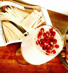 Vanilla ProteinShake mit Apfel, Banane, Zimt und heißem Wasser. Topping Granatapfelkerne. Yummi