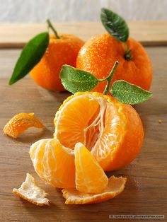 The tangerine (Citrus tangerina) is an orange-colored citrus fruit that is closely related to, or possibly a type of, mandarin orange (Citrus reticulata). The name was first used for fruit coming from Tangier, Morocco, described as a mandarin variety. L'art Du Fruit, Fruit Art, Fruit And Veg, Fruits And Vegetables, Fresh Fruit, Fruit Snacks, Vegetables List, Fruit Food, Dried Fruit