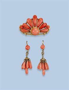 A PAIR OF ANTIQUE CORAL EARRINGS AND MATCHING BROOCH