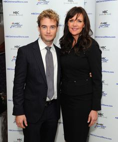Robin Dunne Photos Photos - (L-R) Actors Robin Dunne and Amanda Tapping pose for photos before greeting fans at the NBC Experience Store on October 7, 2011 in New York City. - Amanda Tapping And Robin Dunne Meet
