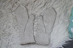 Pystyraitalapaset intialaisella peukalolla naisen lapaset pystyraidat intialainen peukalo 7 veljestä puikot 3,5 Knitting Socks, Knit Socks, Twine, Mittens, Hands, Adidas, Fingerless Mitts, Fingerless Mittens, Gloves