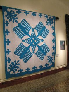 Hawaiian Quilt, Bishop Museum, Honolulu Was first introduced to Hawaiian Quilts at the Mauna Kea on the big island. Hawaiian Quilt Patterns, Hawaiian Pattern, Hawaiian Quilts, Hawaiian Crafts, Two Color Quilts, Blue Quilts, Kona Cotton, Applique Quilts, Quilt Making
