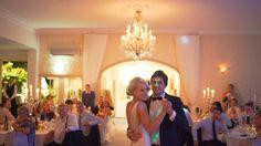 Keine HOCHZEITSFEIER wird den Partyteil ohne den Eröffnungstanz einläuten. Doch nichts verpflichtet das glückliche Paar, den Hochzeitsklassiker im Walzertakt auf's Parkett zu bringen. Wer sich bei seinem eigenen bestimmten Lieblingslied kennen und lieben gelernt hat, kann ohne weiteres seinen Lieblingssong für den Hochzeitstanz wählen.Der Tanz in den EhehimmelAuch Tanzmuffel schweben mit der Braut auf Wolke