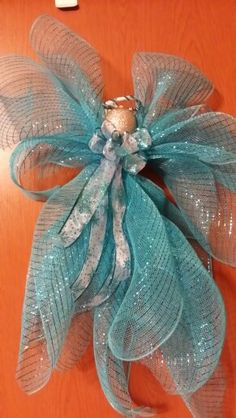 Deco mesh angel More Christmas Arts And Crafts, Blue Christmas, Christmas Angels, Christmas Projects, Holiday Crafts, Christmas Wreaths, Christmas Decorations, Christmas Ornaments, Deco Mesh Crafts