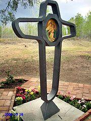 Der Bildstock hat eine originelle Gestalt: die Kontur eines Kreuzes der Einheit, in der Mitte das Bild der Dreimal Wunderbaren Mutter von Schönstatt in einem Achteck