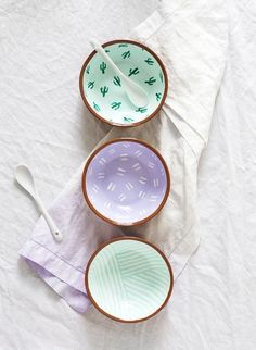 Fancy Fiesta: DIY Pattern Bowls - Sugar & Cloth - Fancy Fiesta: DIY Pattern Bowls The Effective Pictures We Offer You About home diy table A quality - Clay Crafts, Diy And Crafts, Arts And Crafts, Deco Pastel, Pottery Painting Designs, Pottery Painting Ideas Easy, Ideias Diy, Ceramic Painting, Craft Tutorials