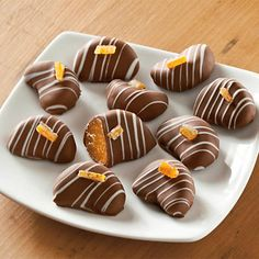 Chocolate Dipped Mandarins - Fresh mandarin orange slices dipped in creamy, gourmet milk chocolate and drizzled with white chocolate and topped with a candied orange peel. This delicacy is a unique de (Unique Chocolate Desserts) Unique Desserts, Fancy Desserts, Summer Desserts, Delicious Desserts, Yummy Food, Chocolate Treats, Chocolate Covered Strawberries, Chocolate Recipes, Candy Recipes