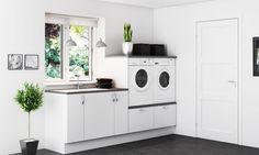buanderie blanche et élégante aménagée avec des armoires en blanc, une machine à laver un sèche-linge assorti