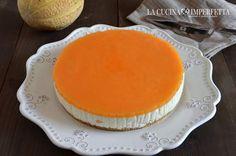 La cheesecake al melone è una torta senza cottura buona e fresca. Formaggio spalmabile, yogurt greco, panna e gelatina al melone.