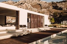 The openly designed bar & lounge of Casa Cook Rhodes creates a contemporary contrast to the rugged hillside rising 200 m behind it. Photo by Ana Santl. Casa Cook Hotel, Desert Homes, Design Hotel, Design Design, House Goals, Home Deco, Exterior Design, Future House, Home Remodeling