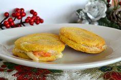 Dischetti caldi con salmone e gorgonzola ,facilissimi e sfiziosi, si preparano in poco tempo,possono essere un antipasto o apertivo per la viglia di Natale
