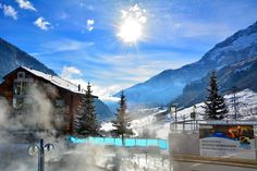 A sunny day in Leukerbad .... thermal baths, 300 days sunshine per year, skiing, mountains, walking... what are you waiting for? (photo: Patrick Henzen)