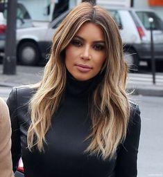 mittellange frisuren, kim kardashian, braune haare mit blonden strähnen