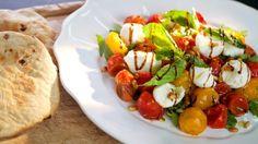 Tento salát se podává vlažný, ale nikdy ne horký. Tak, aby si rajčata udržela ještě trochu svého tepla, mozarella se od nich trošku zahřála, ale bylinky neztratily přílišným horkem křehkost.
