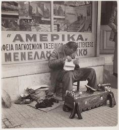 Street cobbler reading a newspaper // David Seymour Vintage Pictures, Old Pictures, Vintage Images, Mykonos Greece, Athens Greece, Greece History, Old Time Photos, Greece Pictures, Greece Photography