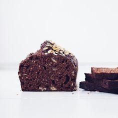 Morning smorning!! Hoe lekker is deze Havermout Chocolade Cake uit Havermoutje? Wij kunnen je vertellen, hij is heul lekker en uiteraard super gezond! Wij beginnen deze ochtend met een paar plakjes!  Yes! Check het recept op onze website Havermoutje.nl #letsmofogo  #ontbijt #havermoutje #gezond #goodmorning