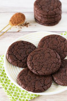 Chewy chocolate cookies that taste like a fudgy brownie! Chewy chocolate cookies that taste like a fudgy brownie! Vegan Gluten Free Brownies, Vegan Brownie, Gluten Free Sweets, Gluten Free Vegan, Paleo, Dairy Free Chocolate Chips, Melting Chocolate Chips, Brownie Cookies, Dairy Free Cookies