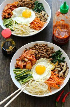 Véritable comfort food, on va adorer le bibimbap aussi joli que bon. Pas de recette imposée, la base est un bol de riz, que l'on agrémente de légumes, d'oeufs et de viande sautée et d'une sauce épicée à base de sésame. Quelques graines de sésames et un brin de coriandre pour décorer et le tour est joué. Et il se prête aussi aux envies végétariennes. On vous a dit que le bibimbap était le nouveau bowl?