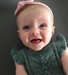 Skønneste lille Silke 😘 #silke #knitting #børnestrik #knit #instaknit #knittingforkids #knittingforolive #sandesgarn #romper #hårbånd #gladpige #blåøjne @_bybow_ vi er kæmpe fan af de skønne hårbånd. 👏👏👏 #børnemode