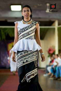 fijian sulu n jaba. Tapa print by Sarah Shah photo taken by: fotofusion Island Wear, Island Outfit, Tapas, Samoan Dress, Island Style Clothing, African Fashion, African Wear, Vogue, Dress Patterns