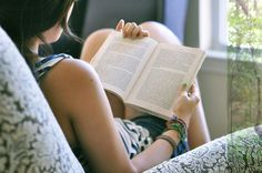 Ac(alma) shared by ♡ analu ♡ on We Heart It People Reading, Woman Reading, Love Reading, Reading Books, I Love Books, Good Books, Books To Read, Louis Aragon, Blog