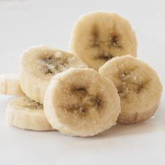 "Bananen einfrieren: So funktioniert's! - ""Du möchtest Bananen einfrieren, aber weißt nicht wie? Mit unseren Tipps und Tricks gelingt das Frosten ganz bestimmt."" Korean Diet, Ketogenic Diet, Doughnut, Deserts, Food, Tricks, Sugar Free Recipes, Canning, Yogurt"