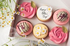 How gorgeous are these Mother's Day cupcakes? Putting a smile on her face doesn't have to be expensive!