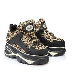 Lässiger, halbhoher Sneaker in Leo-Felloptik mit einer ca. 6 cm Plateausohle und einer gepolsterten Innensohle.