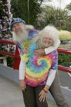 Never too old to be a Happy Hippie! Vieux Couples, Growing Old Together, Happy Hippie, Hippie Baby, Estilo Hippie, Never Too Old, Old Folks, Amazing Race, Awesome