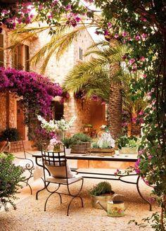 Beispiele für Terrassengestaltung schmiedeeisen-moebel-Bougainvillea-pflanze-palmen