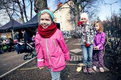 Pääsiäispuput ja luudat lensivät Riihimäellä 2014. Kuvassa: Mielikki Uschanov (oik.), Ruusu Silva ja edessä Bertta Hauru. Kuva: Aamuposti/Jetro Stavén