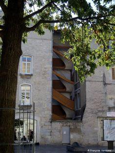 Place Pasteur. Pour créer cette place, il y a environ 50 ans, on a détruit une rue (la rue Baud) et une partie des habitations, ce qui a eu pour résultat de rendre apparents ces escaliers qui faisaient autrefois partie d'une cour intérieure. – à Besançon.