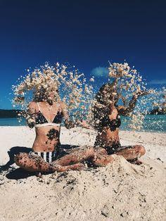 Idee/Inspiration für das Foto von einem Kind: Sand in die Luft werfen. Fotoshooting - Kinderfotos - Kinderfotoshooting - Shooting - Familienfotos - Familienfotografie - Kinder - natürlich - authentisch - Strand - draußen - outdoor - Sommer vanessasblickwinkel.de