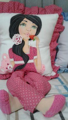 Almofadas de perninha com pintura em tecido Sewing Crafts, Sewing Projects, Couture Sewing Techniques, Baby Quilt Tutorials, Wedding Bag, Flower Pillow, Sewing Pillows, Kids Pillows, Pillow Sale