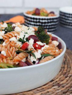 Huh! Kylläpäs edellinen salaattipostaukseni saikin paljon klikkauksia. Ruokaisa kasvis-pastasalaatti on varmasti jo nyt yksi blogin suosituimm… Salad Recipes, Healthy Recipes, Yummy Food, Tasty, I Love Food, Bon Appetit, Pasta Salad, Baking Recipes, Food And Drink